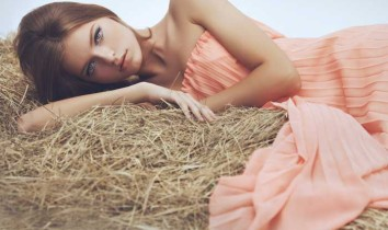 Femme sur une meule de foin